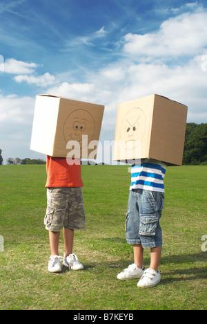 Jungen mit Boxen über Kopf - Stockfoto