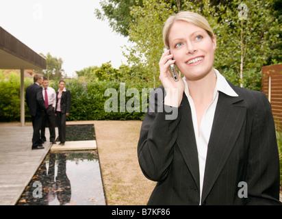 Eine Geschäftsfrau auf ihr Handy. - Stockfoto