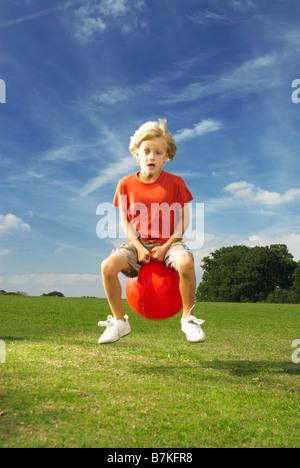 Boy auf Platz Trichter - Stockfoto