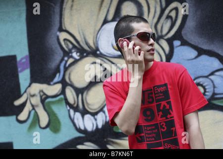 Mann im reden über Handy Sonnenbrille - Stockfoto