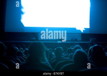Menschen Sie beobachten Film oder Dokumentarfilm im Kino - Stockfoto