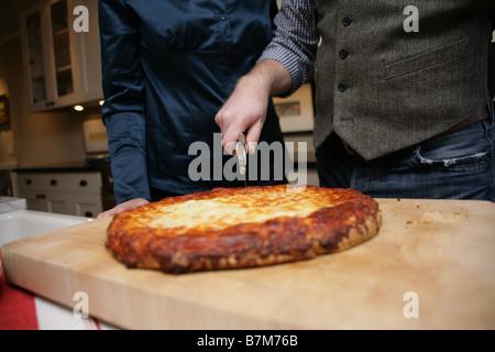 Eine hausgemachte Pizza frisch aus dem Ofen. - Stockfoto