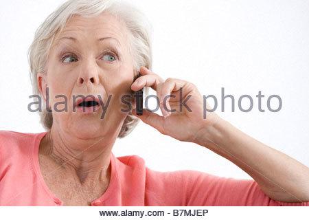 Eine ältere Frau telefonieren mit einem Handy - Stockfoto