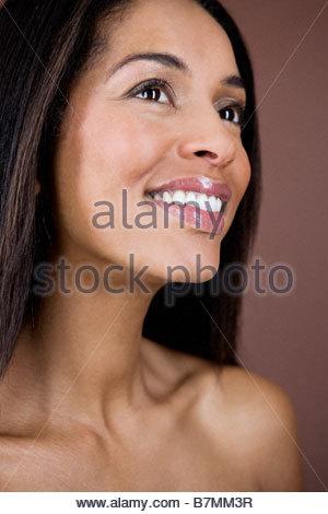 Ein Porträt einer jungen Frau auf der Suche nach oben, Lächeln - Stockfoto