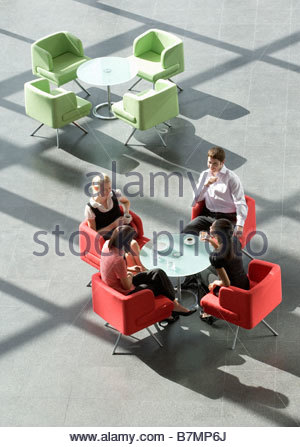 Vier Kollegen eine Tagung mit einem drink - Stockfoto