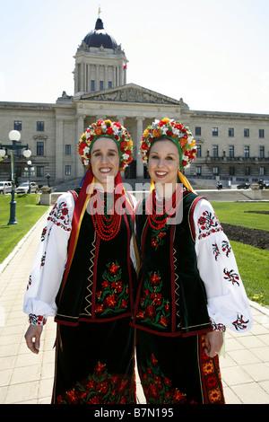 Ukrainische Tracht & Manitoba Legislative Building, Winnipeg, Manitoba, Kanada - Stockfoto