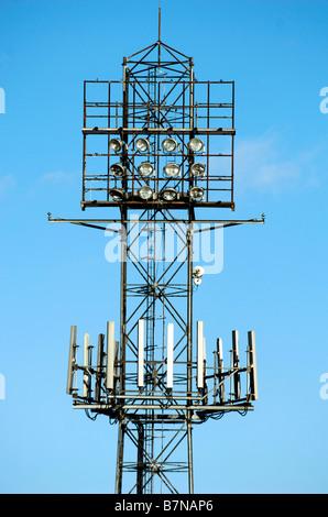 Ein Handy-Mast Attatched zu Fußball Club Scheinwerfern an Cheltenham Town FC - Stockfoto