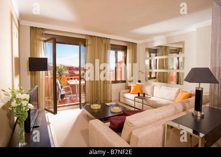 Orange Kissen Hauch Von Farbe Zu Neutralen Spanischen Wohnung