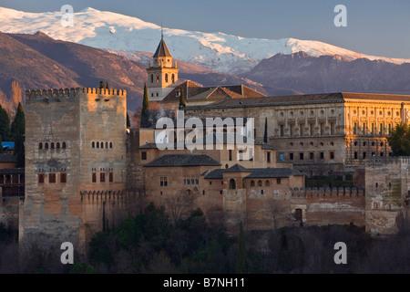 Die Alhambra La Alhambra mit Schnee bedeckt die Berge der Sierra Nevada im Hintergrund in Andalusien, Spanien, Europa - Stockfoto