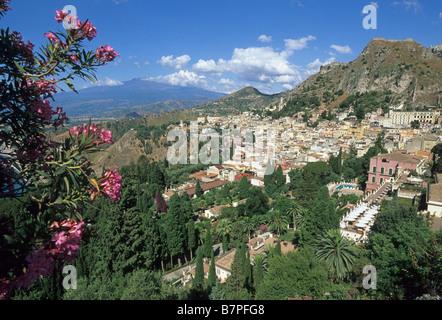 Elk180 1760 Italien Sizilien Taormina von Osten über oleander - Stockfoto
