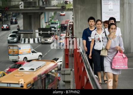 Frau versucht, Verkehrsbelastung mit Taschentuch Pathumwan Bezirk in Bangkok Zentralthailand zu vermeiden - Stockfoto