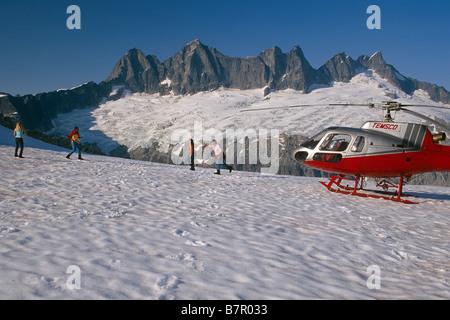 Besucher genießen Schneeballschlacht auf Helikopter Tour, Mendenhall-Gletscher, Juneau Eisfeld SE Alaska - Stockfoto