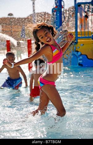 Mädchen spielen im öffentlichen Schwimmbad Meneffe Tal riverside County Kalifornien Herr - Stockfoto