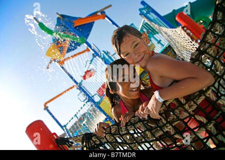 Mädchen spielen in öffentlichen, kommunalen Pool, Menefee Valley Riverside County Kalifornien USA (MR) - Stockfoto
