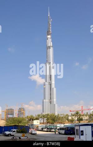 Der Burj Khalifa Dubai Gebäude in den Vereinigten Arabischen Emiraten mit Baustelle im Vordergrund - Stockfoto
