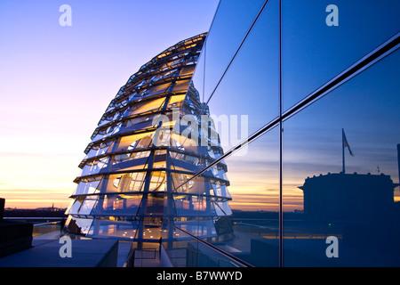 Reichstag Gebäude Dach Terasse Kuppel von Sir Norman Forster in der Dämmerung Berlin Deutschland Europa - Stockfoto