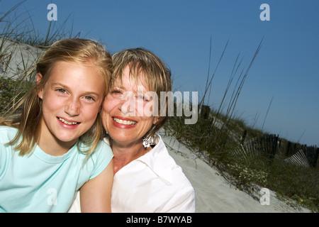 Mutter und Tochter am Strand Porträt - Stockfoto