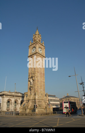 Das Albert Memorial Clock ist eine hohe Uhrturm am Queen s Square in Belfast - Stockfoto