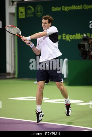 Andy Murray in Aktion gegen Philipp Petzschner of Germany bei den Qatar Open 2009 die Murray fuhr fort, zu gewinnen
