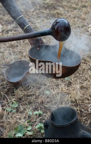 Lokales Bier in einer Schüssel auf das Springen der feierlichen Bull Äthiopien Afrika - Stockfoto