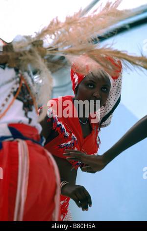 Afrikanischen Tänzerinnen aus Côte d ' Ivoire (Elfenbeinküste) in Westafrika einen traditionellen Tanz im Kostüm - Stockfoto