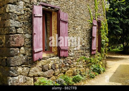 Ziemlich Französisch Haus mit Blumen umgeben - Stockfoto
