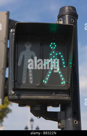 Fußgängerüberweg zeigt grünen Mann beleuchtet für Go, Frankreich - Stockfoto