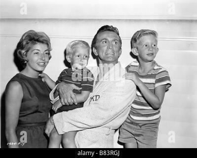 Anne Douglas (buydens), Eric Douglas, Kirk Douglas, Peter Douglas auf dem Set für Liebe oder Geld (1963) USA Regie: - Stockfoto