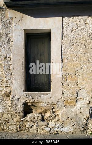 Haustür sehr hoch aus dem Boden im Dorf Omodhos, Troodos-Gebirge, Südzypern - Stockfoto