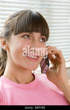 glückliche Frau Chat über Telefon - Stockfoto