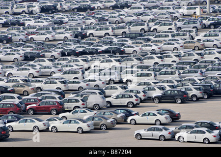 Abu Dhabi Blick hinunter auf Dockside Lagerung von importierten Neuwagen warten auf Verteilung - Stockfoto