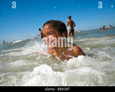 Jungen spielen im Meer - Stockfoto