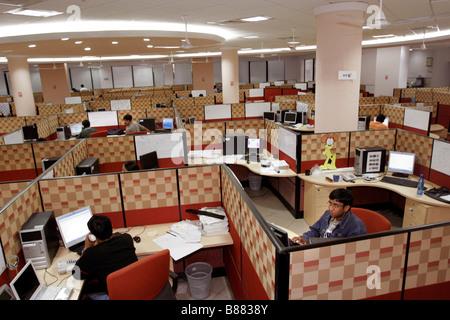 Ein Blick ins Innere der Büroarbeit wo indische Computertechniker Hauptquartier der Infosys in Bangalore in Indien - Stockfoto