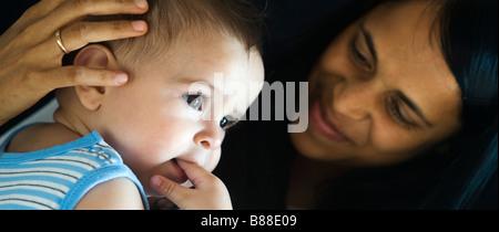 Liebevolle Mutter und baby - Stockfoto