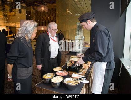 Detroit Michigan A Arbeiter bereitet Vorspeisen im Restaurant Bistro 555 Greektown Casino Hotel - Stockfoto