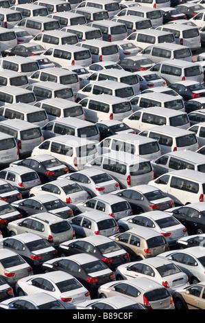 Bahrain blickte hautnah Dockside Lagerung von importierten Neuwagen warten auf Verteilung - Stockfoto