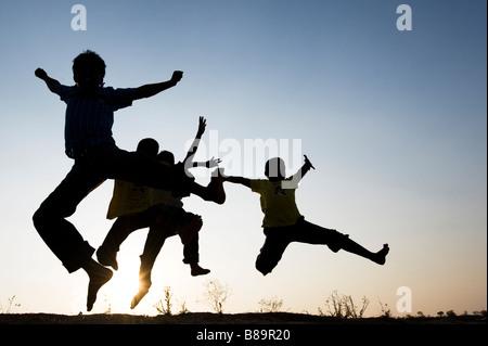 Silhouette Profil von indischen jungen springen Einstellung Sonne im Hintergrund. Indien - Stockfoto