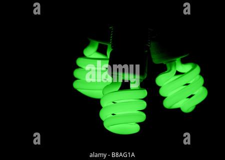 Eine grüne fluoreszierende Energiesparlampe - Stockfoto