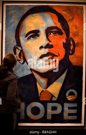 Eine junge Frau, die Barak Obama Hope Malerei hautnah - Washington, DC USA anzeigen - Stockfoto