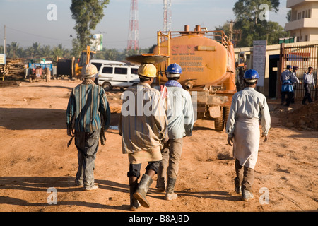 Arbeiter tragen Schutzhelme auf einer Baustelle in Bangalore, Indien. - Stockfoto