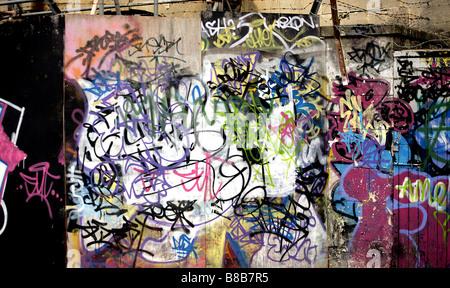 Farbe Landschaft Bild von Graffiti auf der Berliner Mauer in Deutschland. - Stockfoto