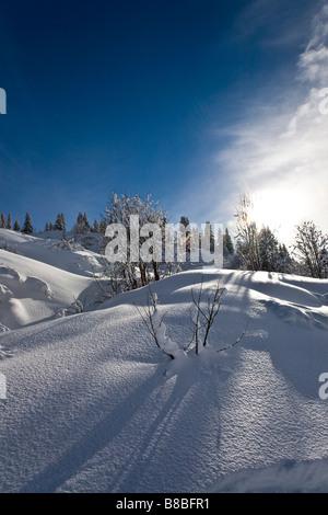 Wolke nähert sich blauen Himmel auf Skipiste Les Saises Französisch Alpes - Stockfoto