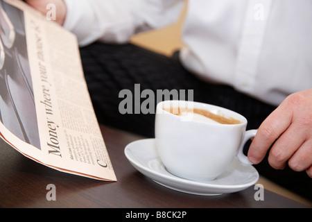 Hand des Menschen halten Pappbecher mit Kaffee. Vektor Icon ...