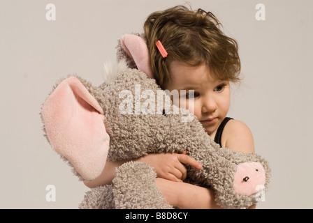 Kleine Mädchen Stoffelefanten - Stockfoto