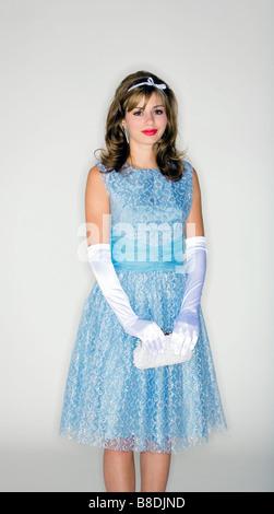 Junge Frau trägt 50er Jahre Stil Kleid und Accessoires - Stockfoto