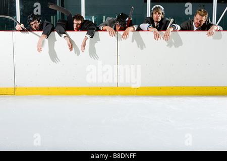Geschäftsleute, Eishockey zu spielen - Stockfoto