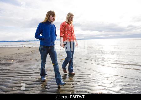 Zwei junge Frauen Fuß entlang des Bischofs Strand in Homer, Alaska - Stockfoto
