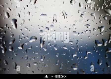 Regentropfen auf einem Fensterglas. Tunja, Boyacá, Anden, Kolumbien, Südamerika - Stockfoto