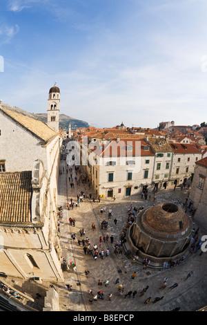 Blick von der Stadtmauer mit großen Onofrio-Brunnen, der Stradun und Franziskaner Kloster Glockenturm in alte Stadt von Dubrovnik Unesco