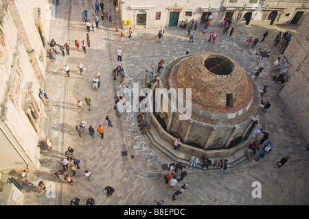 Große Onofrio-Brunnen und Stradun von Stadtmauer Dubrovnik Kroatien